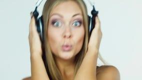Fille blonde écoutant la musique sur des écouteurs et dansant intensivement clips vidéos