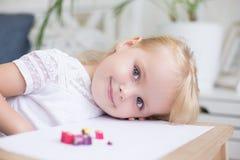 Fille blonde assez jeune avec un beau sourire image stock