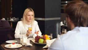 Fille blonde attirante ayant une date avec son mari clips vidéos