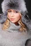 Fille blonde attirante dans le chapeau de fourrure photos stock