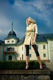 Fille blonde attirante en stationnement de château Photographie stock libre de droits