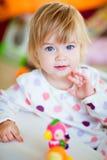 Fille blonde aux yeux bleus très mignonne dans des pyjamas Images libres de droits