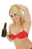 Fille blonde avec de la bière photographie stock