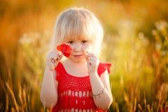 Fille blonde avec des fleurs Images libres de droits