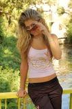 Fille blonde avec des lunettes de soleil Images libres de droits