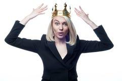 Fille blonde avec la couronne sur la tête sur le fond blanc Photos libres de droits