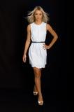 Fille blonde avec la robe blanche Images stock