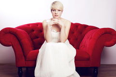 Fille blonde avec la robe nuptiale Images libres de droits