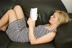 Fille blonde avec le livre photo stock