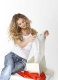 Fille blonde avec le présent Photo libre de droits
