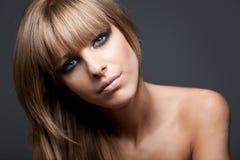 Fille blonde avec les épaules nues Photos libres de droits