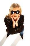 Fille blonde avec les lunettes de soleil noires sur le blanc image libre de droits