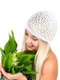 Fille blonde avec un bouquet des lis de la vallée Images stock