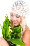 Fille blonde avec un bouquet des lis de la vallée Image libre de droits