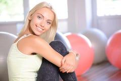 Fille blonde avec une boule de forme physique photographie stock