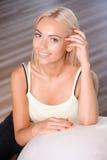 Fille blonde avec une boule de forme physique photo stock