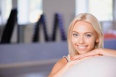 Fille blonde avec une boule de forme physique photos stock