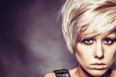 Fille blonde avec une coupe de cheveux élégante courte Photo libre de droits