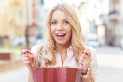 Fille blonde ayant l'amusement après l'achat images stock