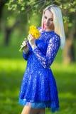 Fille blonde caucasienne avec le groupe de jonquilles Photos libres de droits