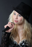 Fille blonde chanteuse Photographie stock