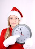Fille blonde comme Mme Santa se dirigeant à l'horloge photos stock