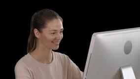 Fille blonde d'étudiant regardant le moniteur de l'ordinateur et souriant, Alpha Channel banque de vidéos