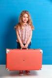 Fille blonde d'enfant avec la valise rose de vintage prête pour des vacances d'été Concept de voyage et d'aventure Photographie stock