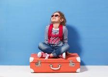 Fille blonde d'enfant avec la valise rose de vintage prête pour des vacances d'été Concept de voyage et d'aventure Photographie stock libre de droits