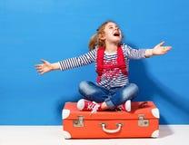 Fille blonde d'enfant avec la valise rose de vintage prête pour des vacances d'été Concept de voyage et d'aventure Photo stock