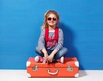 Fille blonde d'enfant avec la valise rose de vintage prête pour des vacances d'été Concept de voyage et d'aventure Image libre de droits