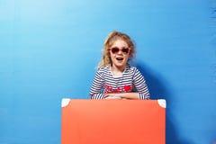 Fille blonde d'enfant avec la valise rose de vintage prête pour des vacances d'été Concept de voyage et d'aventure Photo libre de droits