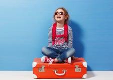 Fille blonde d'enfant avec la valise rose de vintage prête pour des vacances d'été Concept de voyage et d'aventure Image stock