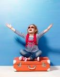 Fille blonde d'enfant avec la valise rose de vintage prête pour des vacances d'été Concept de voyage et d'aventure Photos libres de droits