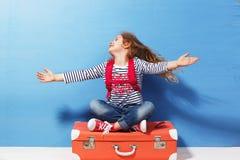 Fille blonde d'enfant avec la valise rose de vintage prête pour des vacances d'été Concept de voyage et d'aventure Images stock
