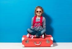 Fille blonde d'enfant avec la valise rose de vintage prête pour des vacances d'été Concept de voyage et d'aventure Photos stock