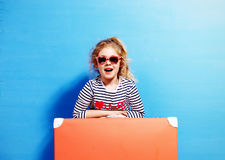 Fille blonde d'enfant avec la valise rose de vintage prête pour l'été va Photographie stock libre de droits
