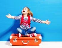 Fille blonde d'enfant avec la valise rose de vintage prête pour l'été va Photo stock