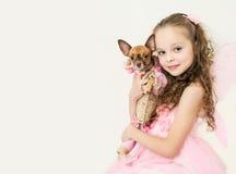 Fille blonde d'enfant avec le petit chien Photo stock