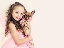 Fille blonde d'enfant avec le petit chien Images libres de droits