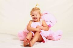 Fille blonde d'enfant en bas âge avec l'animal bourré Photos libres de droits