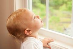 Fille blonde d'enfant en bas âge de plan rapproché Photos libres de droits