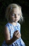 Fille blonde d'enfant montrant et étudiant le petit jeune escargot Photos libres de droits