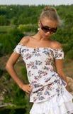 Fille blonde dans des lunettes de soleil Photographie stock libre de droits