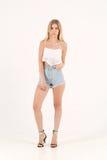 Fille blonde dans des shorts de jeans Photos stock