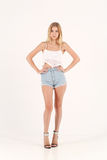 Fille blonde dans des shorts de jeans Images stock