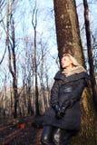 Fille blonde dans la forêt. Photographie stock libre de droits