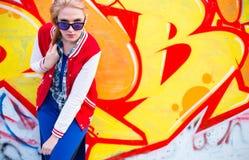Fille blonde dans le ghetto image stock