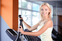 Fille blonde dans un centre de fitness images libres de droits
