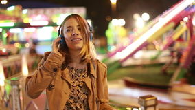 Fille blonde dansant au rythme de la musique avec des écouteurs clips vidéos